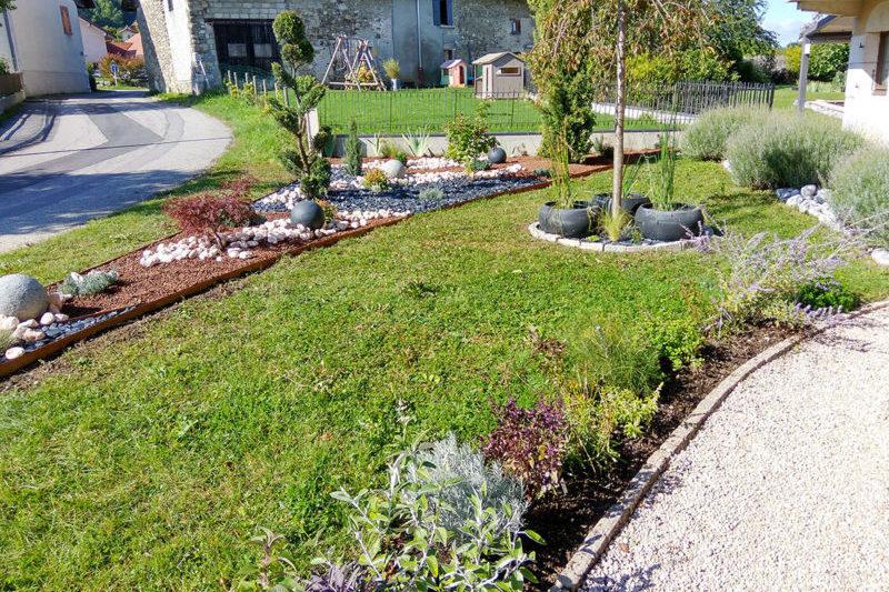 jardin-paysager-pierres décoratives-bordures-métal