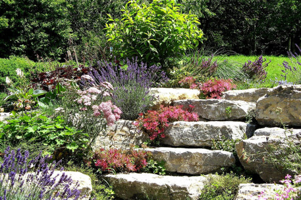 Montée-jardin-pierres-décoratives